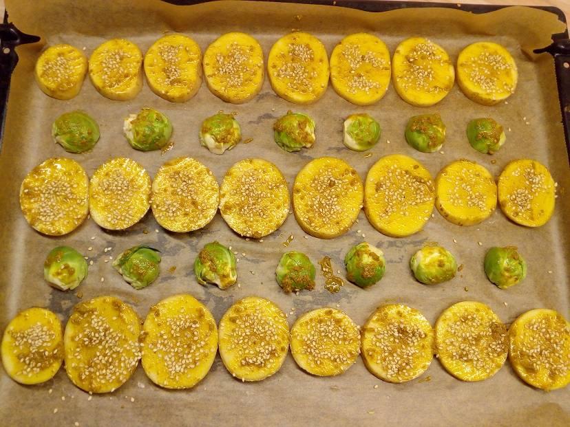 Kartoffeln und Rosenkohl auf dem Backblech