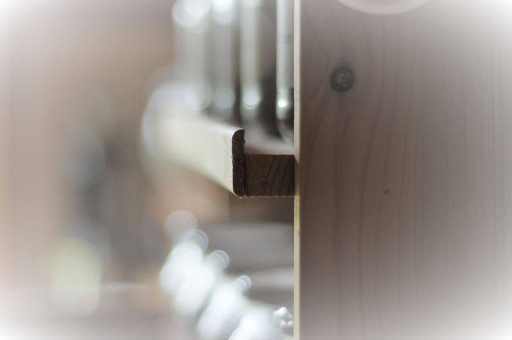 Holzkante am Vorratsregal