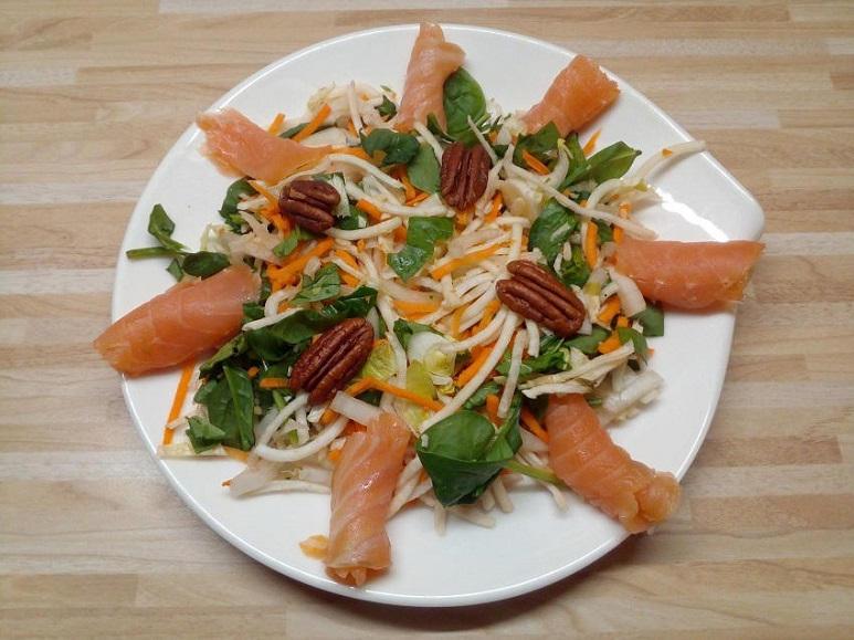 Möhren-Pastinaken-Spinat-Chicorée-Salat mit Räucherfisch - 200